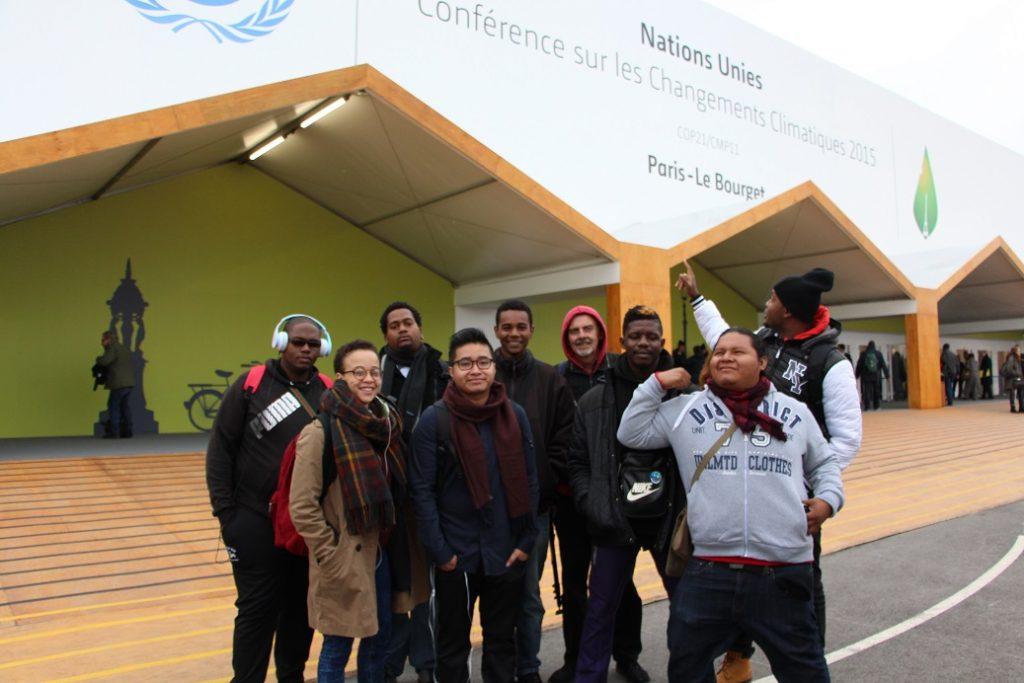 Les chroniqueurs guyanais devant le hall du bourget lieu d'accueil de la conférence des Nations Unies.